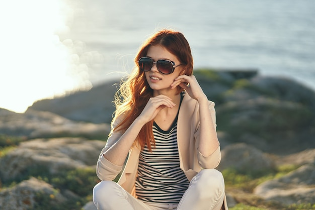 海の近くの夏の山の自然の中で旅行観光ロマンチックな女性