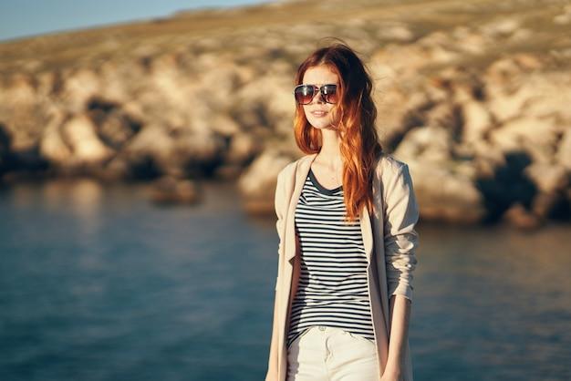 旅行観光の女性は休暇の山の風景の海をリラックスします