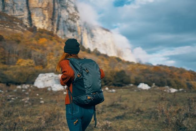 バックパック高山の空の風景と旅行観光の女性