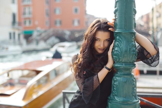 大運河で幸せに歩く休暇中の旅行観光客の女の子