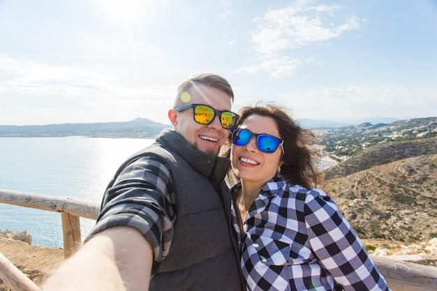 여행 휴가 및 휴가 개념 아름다운 커플 재미 selfie 미친 감정적 인 얼굴을 복용
