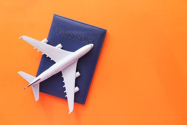 Концепция путешествия отпуск с самолетом и паспортом