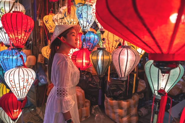 Travel woman choosing lanterns in hoi an, vietnam