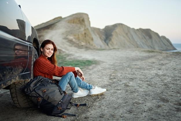 스웨터 배낭 관광 산 풍경 신선한 공기 차량 여행 여자