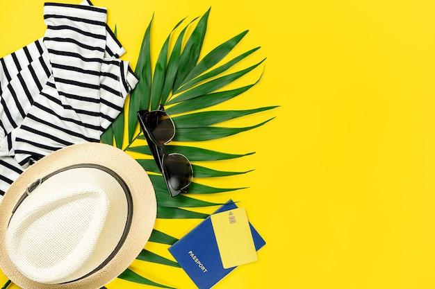 Аксессуары для путешественников на желтом летнем фоне. концепция путешествия. копирование пространства, плоская планировка