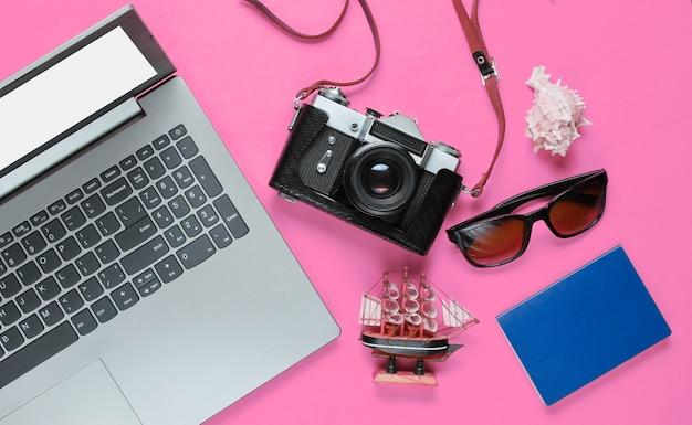 Аксессуары для путешественников с ретро-камерой на розовом