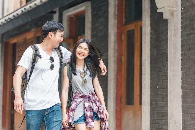 旅行者のアジアバックパッカーカップル、北京、中国で幸せな旅を感じて