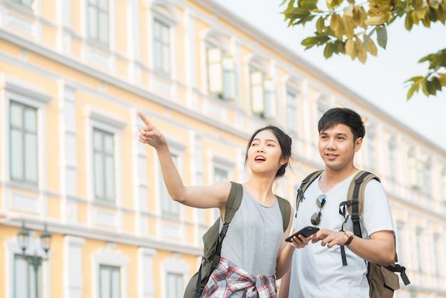 タイ、バンコクのロケーションマップ上の旅行者アジアカップル方向
