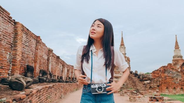 タイのアユタヤで休暇旅行を過ごす旅行者アジア人女性