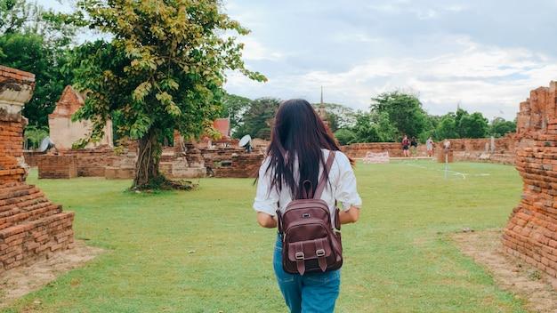 Viaggiatore donna asiatica che trascorre un viaggio di vacanza ad ayutthaya, thailandia