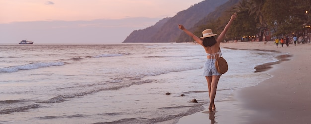 코 창, 뜨랏, 태국에서 일몰 해변에서 모자 휴식과 관광과 여행자 아시아 여자