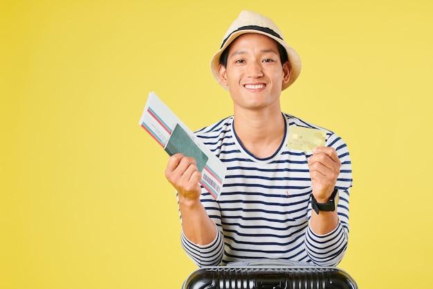 旅行者はクレジットカードでチケットを購入しました