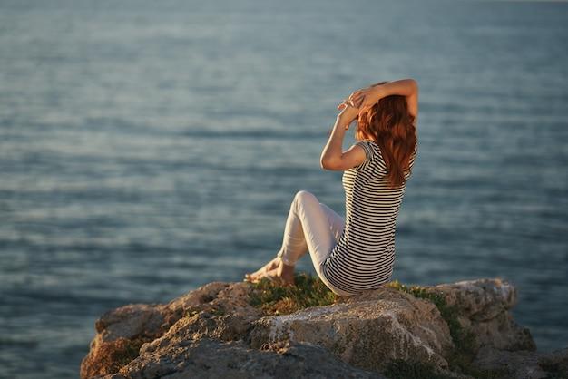 Путешественник у моря на закате с копией пространства
