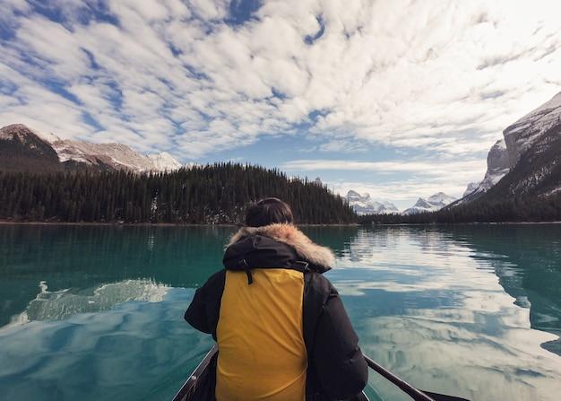 Путешественник на каноэ на озере малинье на острове спирит в национальном парке джаспер