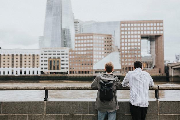 Друзья-путешественники, любуясь горизонтом лондона с моста