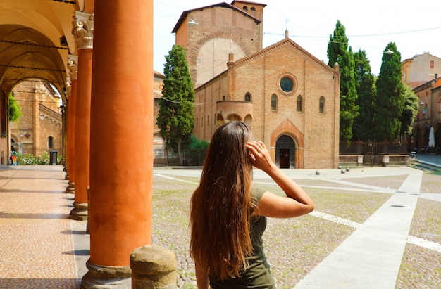 イタリアの古い中世の町を訪れる旅行者の女の子。イタリアのボローニャ市の美しい景色を楽しむ女性。