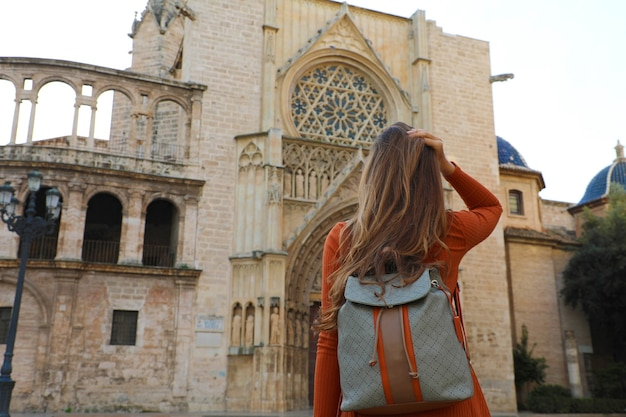 Девушка путешественника посещая собор валенсии, испания.