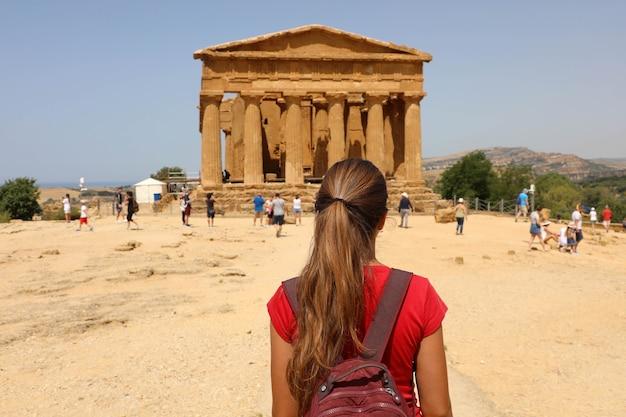 여행자 소녀가 이전에 magna graecia였던 남부 이탈리아의 그리스 사원을 방문합니다.