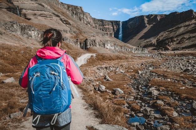 アイスランドのヘンギフォスの滝でハイキングする旅行者。