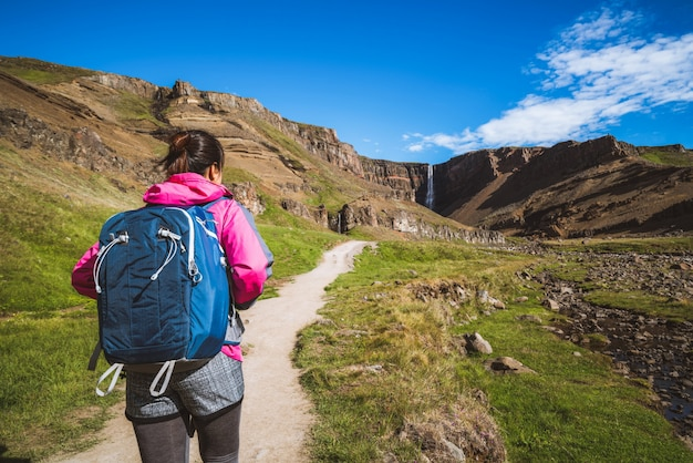 Путешественник на водопаде hengifoss, исландия.