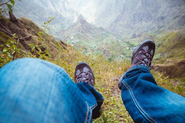 Путешественники в походных ботинках по впечатляющей зеленой долине ксо-ксо с горными вершинами и скалистыми утесами на острове санто-антао, кабо-верде.