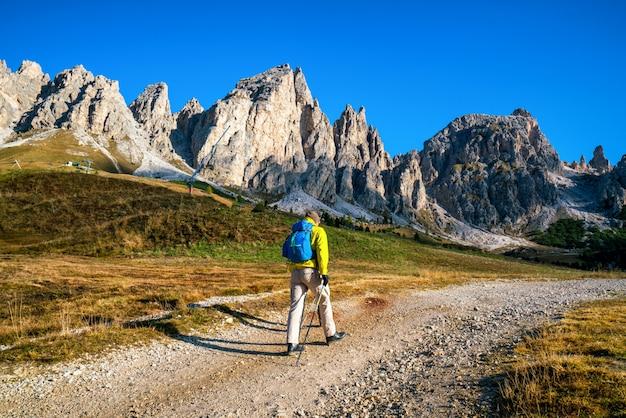 ドロミテの息をのむような風景をハイキングする旅行者