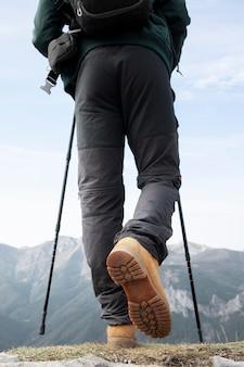 배낭에 필수품을 넣고 산을 하이킹하는 여행자