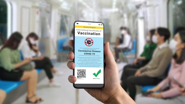 旅行者は、covid19ワクチン接種状況を示すワクチンパスポート証明書を保持しています