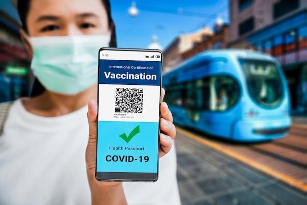 여행자는 백신 여권 인증서를 보유하고 있습니다.