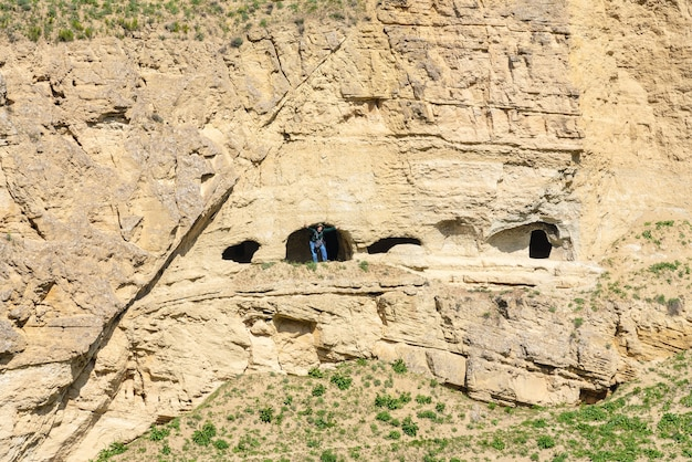 Путешественник в древних пещерах на скале