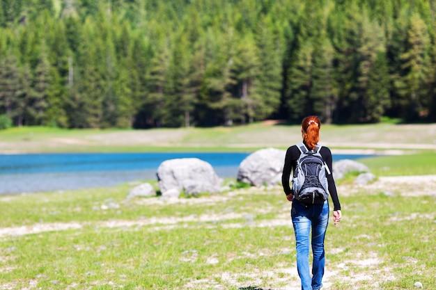 호수 전망과 산의 infront 여행자