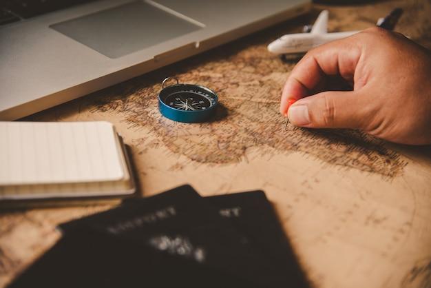 旅行者は地図上でルートを検索して旅行を計画しています