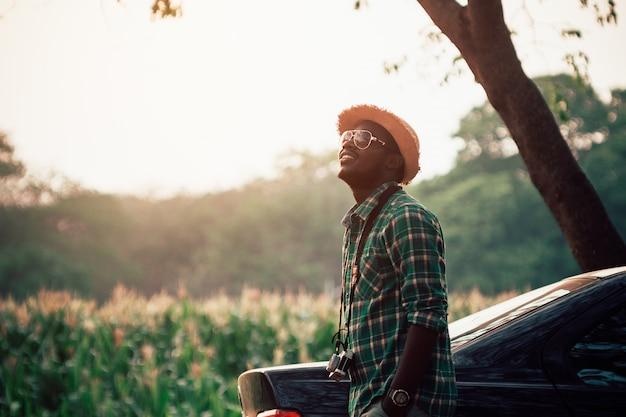 옥수수 농장 필드에 모자 스탠드 필름 카메라 매달려 여행자 남자