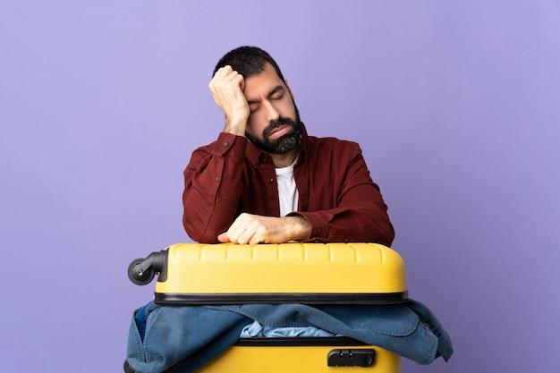 スーツケースを詰める旅行者の男