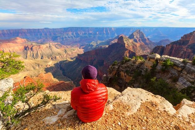 그랜드 캐년 국립 공원, 애리조나, 미국에 절벽 산에 여행자 감동적인 감정. 여행 라이프 스타일 여행 성공 동기 부여 개념 모험 휴가 야외 개념.