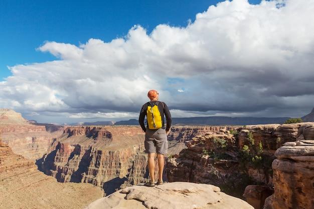 그랜드 캐년 국립 공원, 애리조나, 미국에 절벽 산에 여행자 감동적인 감정.