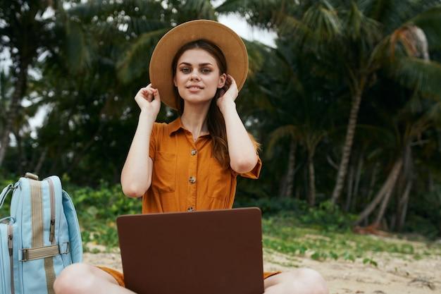 ノートパソコンで島の旅人