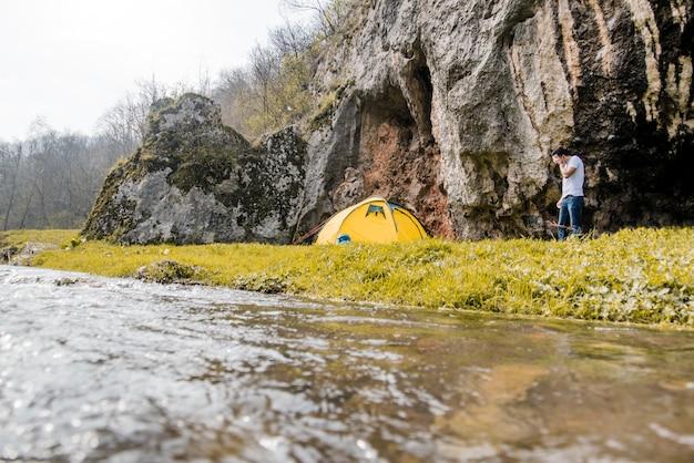 キャンプを準備する旅行者