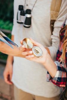 Рука путешественника с компасом