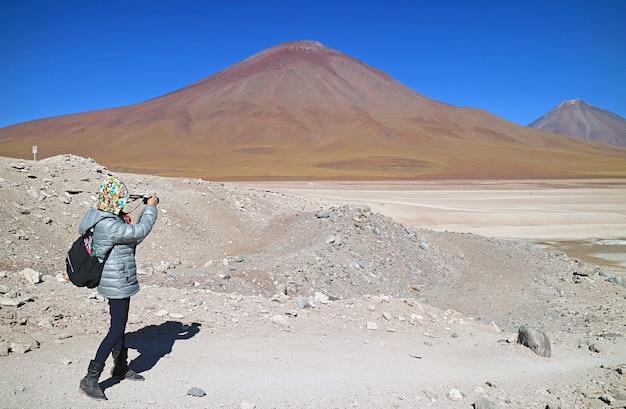 旅行者がボリビアのエドゥアルドアバロアアンデス動物相国立保護区の写真を撮影