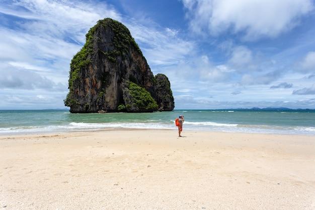 Путешественник сфотографироваться на пляже рейли в солнечный день