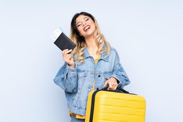 Подросток путешественник держит чемодан