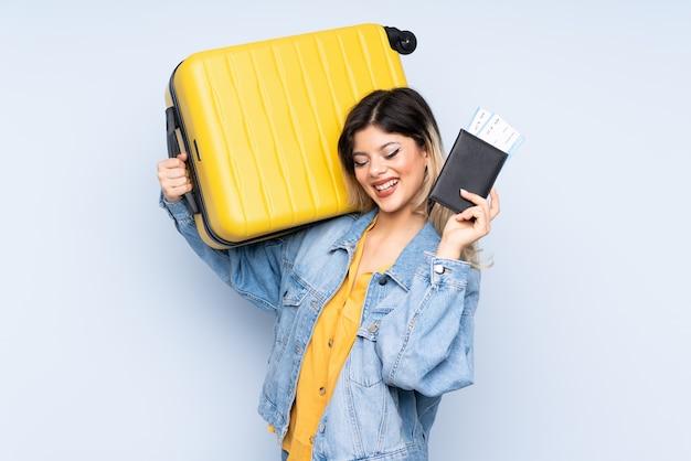 スーツケースを持っている旅行者のティーンエイジャー