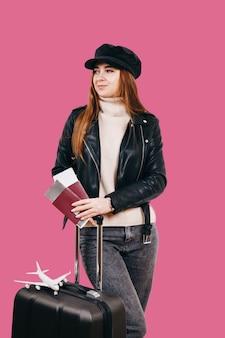カジュアルな服装で旅行者のツーリストの女性。