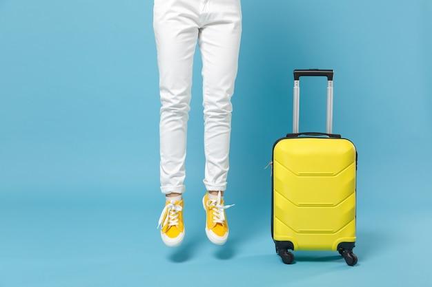 Путешественник турист женщина в желтой повседневной одежде, шляпа с чемоданом фотоаппаратом на синем