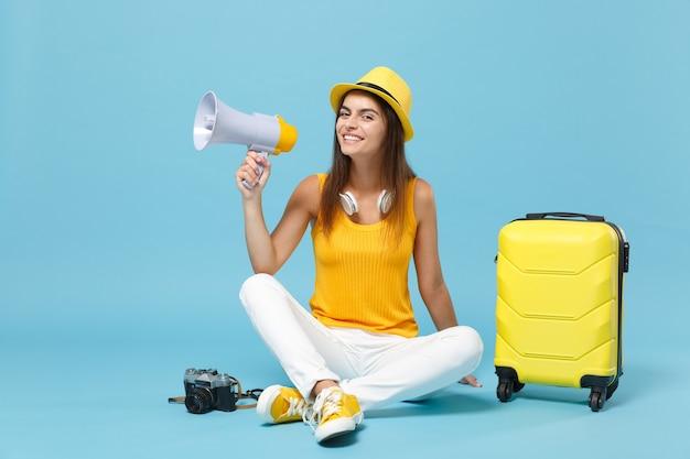 노란색 캐주얼 옷 여행자 관광 여자, 파란색 가방 사진 카메라와 모자