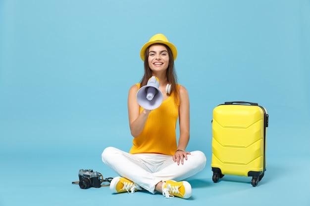 노란색 캐주얼 옷 여행자 관광 여자, 파란색 가방 사진 카메라와 모자 프리미엄 사진