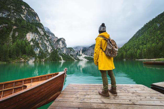 Путешественник, посещающий альпийское озеро в брайесе, италия