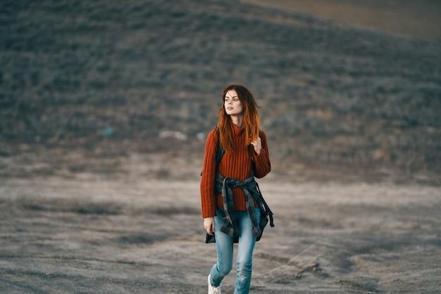 旅行者は、バックパックを背負って山の中を自然の中を歩きます。高品質の写真