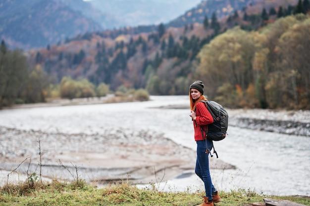 가을 숲과 투명한 강 산 풍경에 자연에 배낭 여행자